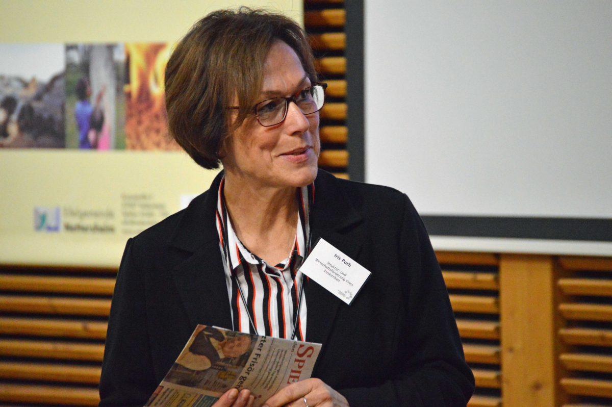 Iris Poth, Stabsstellenleiterin der Struktur- und Wirtschaftsförderung des Kreises Euskirchen, führte als Moderatorin durch das Programm des Zweiten Eifeler Nachfolgetags. Foto: Kirsten Röder/pp/Agentur ProfiPress
