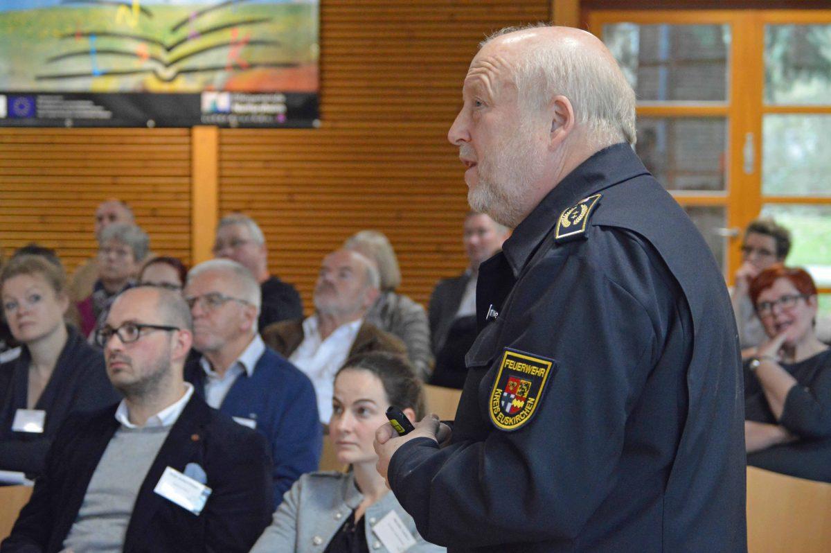 """Wissenswertes rund um den Brandschutz im Gastgewerbe vermittelte Kreisbrandmeister Udo Crespin. Er sagte: """"Brandschutz ist kein Hindernis, sondern nur eine Frage zu welchem Zeitpunkt wird er diskutiert. Kommen Sie frühzeitig zu uns."""" Foto: Kirsten Röder/pp/Agentur ProfiPress"""